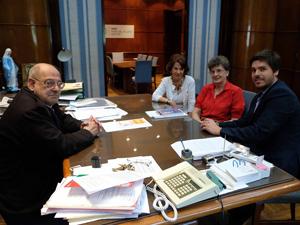Acompañaron a Ana María Huertas (centro) el Dr. Federico Chiole y la tesorera de la entidad, Elba Defulio.