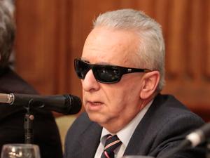 Dr. Eduardo Awad.