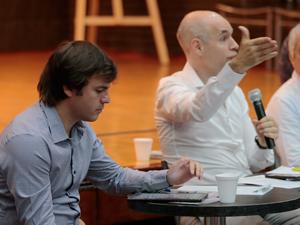 Mientra Rodríguez Larreta respondía, Carrillo analizaba la agenda de preguntas en su tableta.