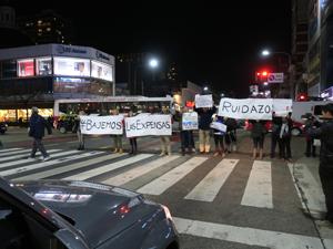 Durante el corte producido por el semáforo. vecinos desplegaron carteles con la leyenda #Bajemos las expensas.