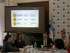 Facundo Carrillo apoya sus datos con una infografía proyectada para los asistentes.