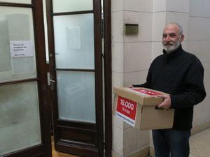 Andrés Zulberti en la oficina Mesa de Entrada de la Legislatura porteña.