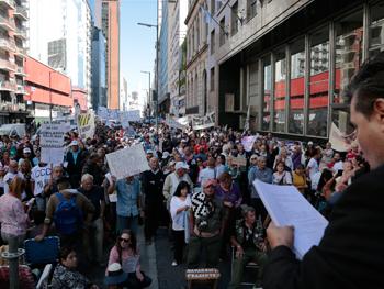 """Durante la llamada """"Marcha de los banquitos"""" se convocaron 3.500 jubilados bajo la consigna """"¡Con los jubilados no!""""."""