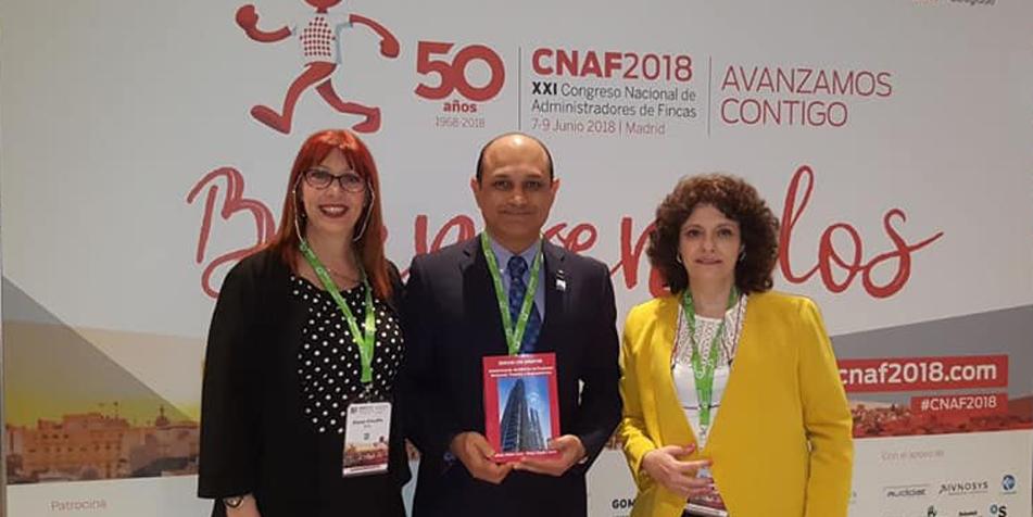 El Adm. Jeevan J. D'Mello sostiene la obra junto a la Dra. Diana Sevitz (Izq.) y la Cra. Liliana Corzo en Madrid.