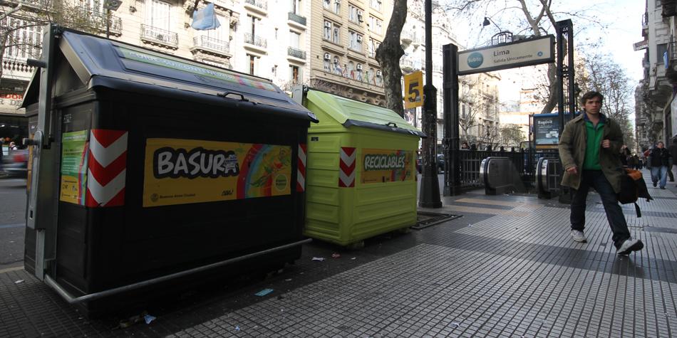 Contenedores de basura en el centro porteño.