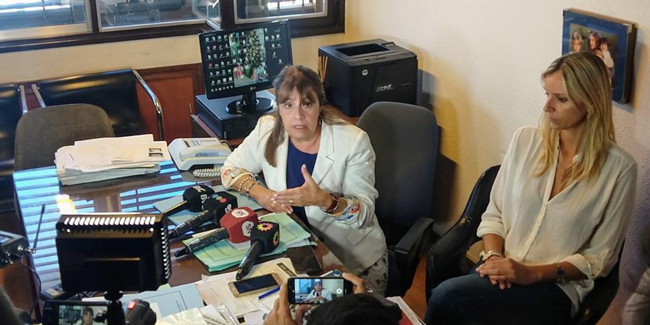 """La directora de la Oficina Municipal de Información al Consumidor, Mercedes Patiño, presenta junto a la Dra. Claudia Periga el """"Programa de Información y Ordenamiento de la actividad de Administradores de Consorcios de Propiedad Horizontal"""" [foto Facebook de OMIC]."""