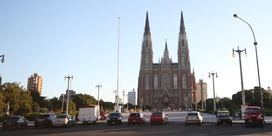 Frente de la Catedral de La Plata [Foto archivo de Pequeñas Noticias]