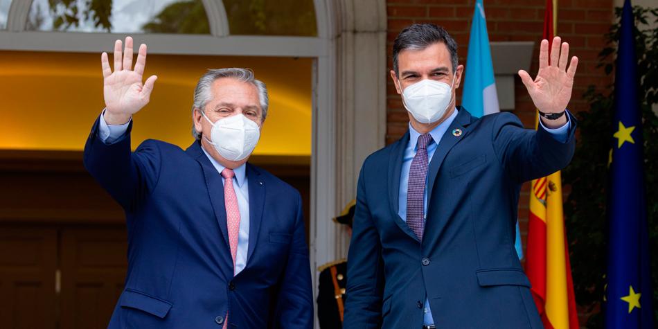 Alberto Fernández junto al presidente del Gobierno de España, Pedro Sánchez Pérez Castejón, en la entrada del Palacio de la Moncada [Foto Casa Rosada]