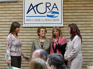 Roxelana Selim, Susana Fernández y Diana Sevitz (miembros de la Comisión de Eventos)  homenajean a la presidenta de ACRA, Aida El Habr, por su trayectoria en la entidad.