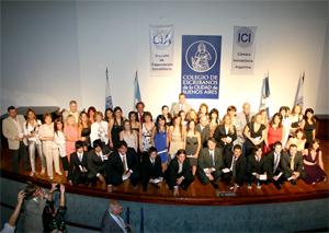 Directivos, profesores y graduados para la foto durante la Colación de Grado de la Carrera de Administradores de Consorcios del ICI.