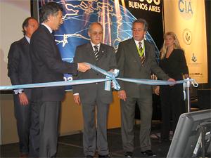 Corte de la cinta inaugural  de Mundo Inmobiliario a cargo del presidente de la CIA, Sr. Carlos Sotelo.