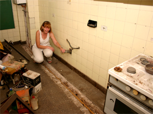 """""""Aquí lavaba los platos"""" comenta con ironía Adriana."""