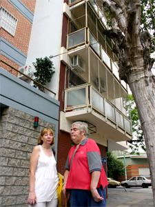 Adriana y Jorge frente a su edificio en Ramón L. Falcón 6589, en el barrio de Liniers.