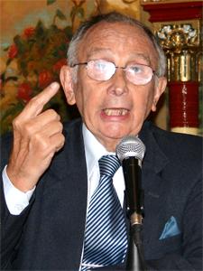 El Dr. Radamés Marini durante la conferencia de prensa de la Federación Argentina de Consorcios en el Club Español en marzo de 2008 (Archivo de Pequeñas Noticias).