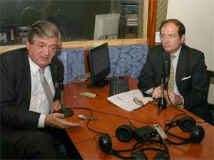 El Adm. Jorge Hernández argumenta bajo la atenta mirada del Dr. Jorge Resqui Pizarro.