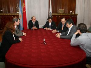 La delegación de la Comisión de Consorcios de la UBA reunida con Sergio Abrevaya en el Salón Eva Perón.