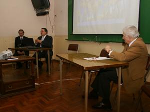 El Cr. Hector Aguirre y el Dr. Adrián Ferreiro disertan frente al Lic Jorge Cutuli, presidente del IAS.