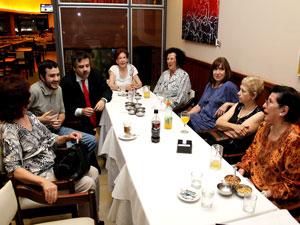 Del festejo de fin de año de ACCABA participaron la Sra. Teresa Villanueva (der.), Sergio Abrevaya, Matías Chari y consorcistas.