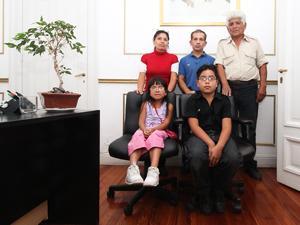 De Der. a Izq. Roberto Geréz, el Dr. Ricardo Quintela, la esposa de Geréz y al frente sus hijos.