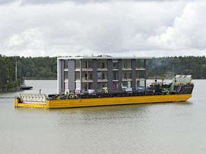 La estructura de 220 toneladas de peso fue transportada en una barcaza desde el lugar donde fue construida.