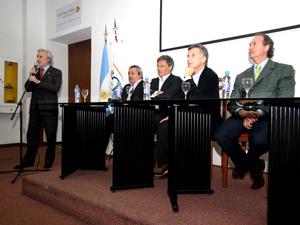 El presidente de CUCICBA, Hugo Menella, presenta a los invitados y abre el acto con unas breves palabras.