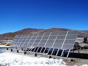 Paneles solares en el puesto de Gendarmería del Paso de San Francisco (Catamarca).