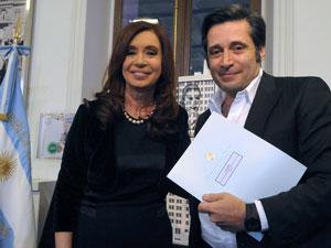 La presidenta de la Nación y Víctor Santa María en ocasión de la firma del decreto que creó la UMET.