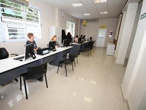 El sector de los administradores cuenta con cinco  estaciones de trabajo y una sala de espera.