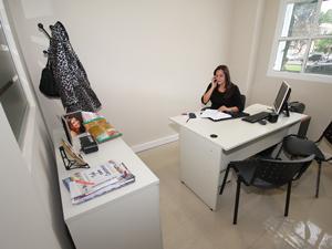 La oficina de la coordinadora, Gabriela Pilar Saldivia cuenta con un antedespacho donde anunciarse.