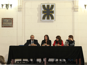 Gabriela Pilar Saldivia y el Ing. Roberto Mercader durante el acto lanzamiento de un nuevo curso de administraci�n de consorcios en la UTN.