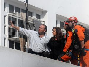 La presidenta Cristina Fernández escucha el informe de su secretario de Seguridad, Sergio Berni, durante su recorrida por el lugar de la tragedia el 7 de agosto.