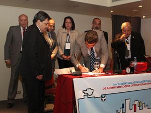 El Dr. Juan Manuel Acosta y Lara (AIERH) firma el acuerdo para la creaci�n de la CAAC bajo la mirada de sus compa�eros.