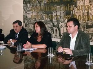De Izq. a Der.: Adm. Daniel Toco, Gabriela Pilar Saldivia y Adm. Fernando Staino.