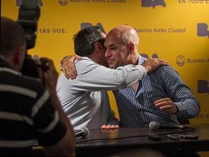 Es la segunda vez que Santa María y Larreta se abrazan en público. La primera fue el 19 de diciembre de 2012.