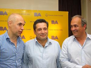 Eduardo Macchiavelli, autor de Expensas Claras I, junto a Horacio Larreta y Víctor Santa María.