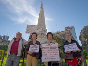 Teresa Villanueva junto a vecinos de la ciudad reclaman participación en paritarias frente a la Pirámide de Mayo.