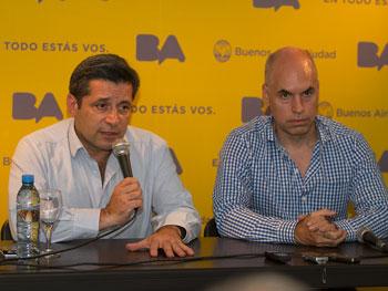 Inició la presentación Víctor Santa María, luego habló Horacio Rodríguez Larreta. Un telón amarillo con el logo de la ciudad cubría el podio del salón de actos del SERACARH.