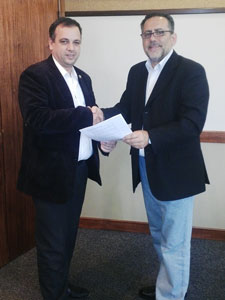 Fernando Staino y Aníbal Ahumada tras la firma de los acuerdos.
