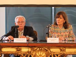 Roberto Arévalo, presidente de la CIA y la Arq. Estela Reca, rectora del ICI.