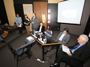 El Cr. Scampini dirige unas palabras de apertura. A su derecha Gabriela Russo y Catalino Nuñez. A su izquierda los disertantes y moderadores.