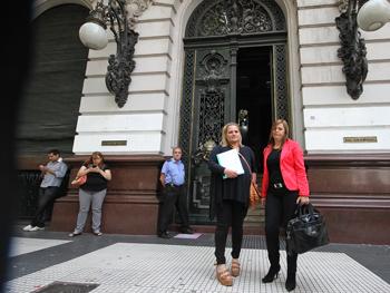 La gestora Lisa Narvaez (Izq.) y la Adm. Norma Beatriz Gianni minutos después de presentar sus reclamos en el Gobierno porteño.