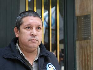 El encargado Oscar Sosa frente al consorcio donde trabajó 17 años.