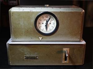 Antiguo reloj analógico para control de horario y horas extras de personal marca Cronos.