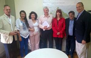 Leg. Emilio Raposo Varela (con camisa rosa) rodeado de  autoridades y profesionales de la CAPHyAI.