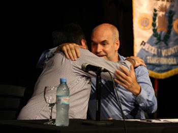 [12/2012] Horacio Larreta se abrazo con Víctor Santa María bajo un banderín del SUTERH.