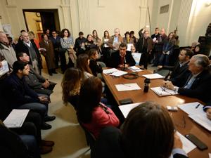 Juan Manuel Acosta y Lara (AIERH) defiende su proyecto de modificación rodeado de vecinos que exigen la derogación de la Ley Muñoz.